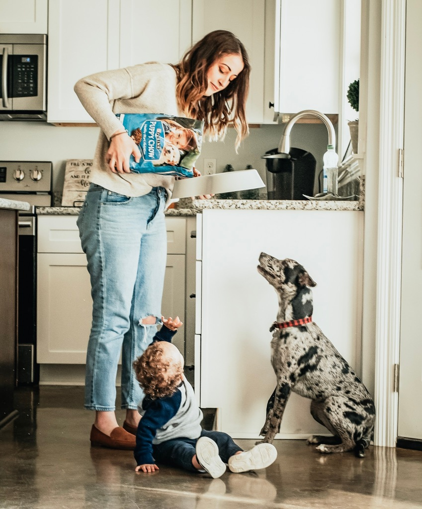 Sarah Mozingo and Izzy feeding their dog Purina Puppy Chow in the morning time